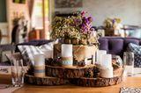 Tischdeko Herbst: Blumen und Kerzen auf einem Esstisch