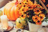 Tischdeko Herbst: Herbstblumen auf gedecktem Tisch