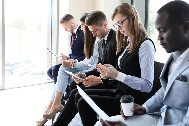 Kleidung im Vorstellungsgespräch: Bewerber warten auf ihr Gespräch