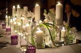 Tischdeko Herbst: Spiegel mit Kerzen auf gedecktem Tisch