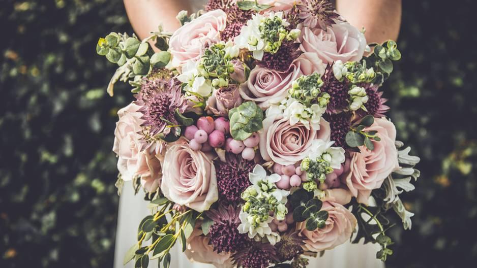 Braut isst Brautstrauß: Foto Blumenstrauß