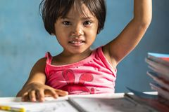 Die UN-Kinderrechtskonvention legt fest, dass Mädchen und Jungen weltweit dieselben unveräußerlichen Rechte haben. Doch die Realität sieht anders aus: Mädchen werden viel häufigeran ihrer freienEntfaltung gehindert.Statt Führungsrollen in Wirtschaft, Politik und Gesellschaft zu übernehmen, kämpfen sie gegen überholte Rollenbilder,erleiden Missbrauch und Gewalt.      Was können wir dagegen tun? Wir können gemeinnützige Organisationen unterstützen, die Mädchen weltweit fördern, indem wir spenden odereine Patenschaft für ein Mädchen übernehmen (z.B. United Nations Population Fund (UNFPA), Plan International, Free a Girl). Wir können stärker darauf achten, ob dieProdukte, die wir kaufen, von Kindern hergestellt werden. Und wir können bei uns selbst anfangen, und unsere Kinder so erziehen, dass das Geschlecht künftigimmer weniger Macht hat, das Leben eines Menschen zu beeinträchtigen.