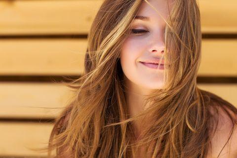 Hormone beeinflussen: Glückliche Frau