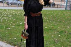 """""""Ich liiiebe das schwarze Maxikleid. Das allein ist schon ein echt cooles Teil, aber erst durch die braunen Accessoires wird das Outfit zu einem echten Look mit Boho-Vibe – Taillengürtel, Hut und Micro-Bag sei Dank!"""""""
