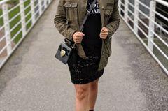 """""""Die Kombi aus funkelndem Paillettenrock und coolemStatement-Sweater sowie Military-Jacke ist perfekt für mich. Der Rock ist ultra glamurös, der Rest immer noch sportlich genug, so dass ich mich wohlfühle. Dieses Outfit würde ich sogar im Büro tragen!"""""""