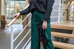 """""""Die glänzende Hose ist ein echtes Lieblingsteil und dabei nicht nur super trendy, sondern auch ultra elegant. Ich kombiniere sie allerdings zu einem feinen Rollkragenpullover, einem stylischen Bpxy Cardigan sowie angesagten Boots mit Kitten Heel und habe so einen Look, der erwachsen ist und trotzdem noch Lilly schreit!"""""""