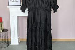 Das schwarze Maxikleid von C&A ist die perfekte Basis für stylische Herbstlooks. Um 70Euro.