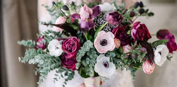 Brautsträuße: Frau hält Hochzeitsstrauß