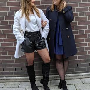 Du bist ein echtes Kleider-, Rock- oder Shorts-Mädchen? Wenn du im Winter nicht halb erfrieren möchtest, bleibt dir da nichts anderes übrig, als zu einer Strumpfhose zu greifen. Statt auf klassische schwarze oder hautfarbene Modelle setzen wir aber auf cooleMuster-Tights. Wie wäre es mit süßen Pünktchen? Oder doch lieberderwildeLeoprint oder das grafische Rautenmuster? So oder so – in Sachen Strumpfhose toben wir uns jetzt richtig aus!