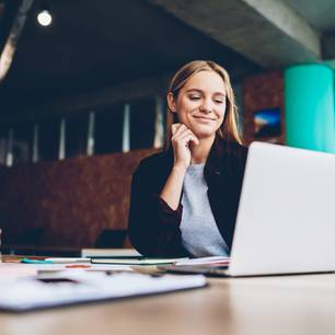 Horoskop: 5 Sternzeichen, die reich werden: Frau sitzt vor Computer
