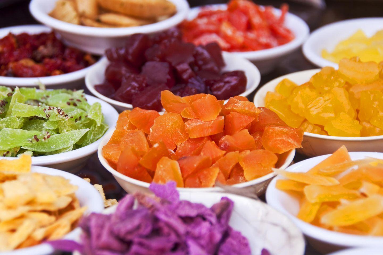 Kandierte Früchte: Kiwis, Orangen und Ananas