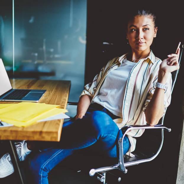 Unzufrieden im Job: So gelingt der berufliche Umstieg: Frau am Schreibtisch