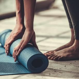 Cantienica - Ganzkörpertraining für eine bessere Haltung: Frau rollt Yoga-Matte aus
