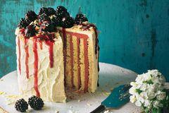 Ausgefallene Torten: Biskuit-Wickeltorte mit Brombeer-Buttercreme
