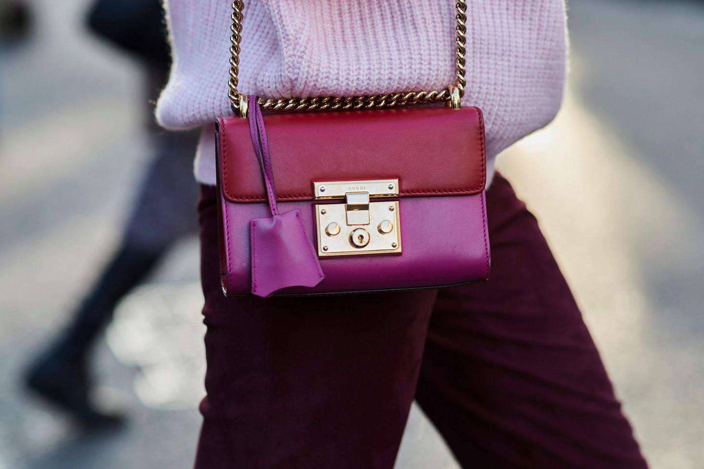 Trendfarbe im Winter: Frau mit himbeerroter Tasche