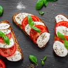 Veganer Mozzarella: Brotscheiben mit Mozzarella und Tomate