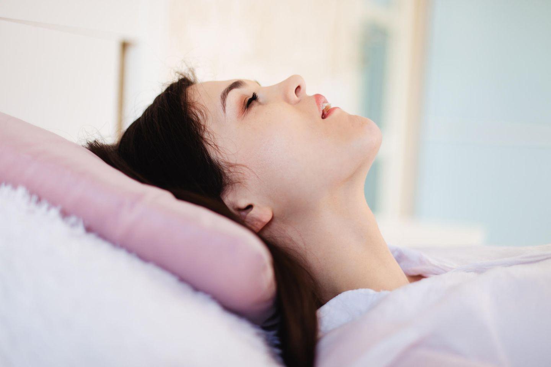 Schnarchen bei Frauen: Das hat dein Alter damit zu tun: schnarchende Frau