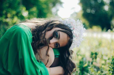 Horoskop: Eine bedrückte Frau mit Krone