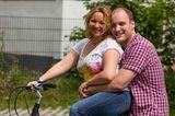 Hochzeit auf den ersten Blick: Paar sitzt sich umarmend auf einem Fahrrad