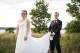 Hochzeit auf den ersten Blick: Bräutigam hebt das Kleid der Braut