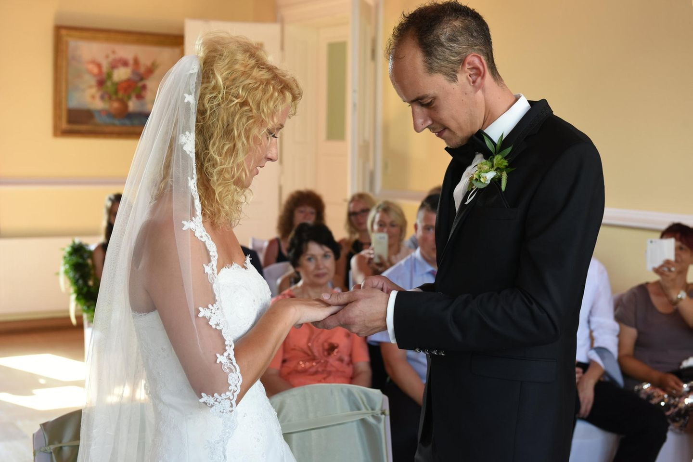 Hochzeit auf den ersten Blick: Bräutigam steckt Braut den Ring an den Finger