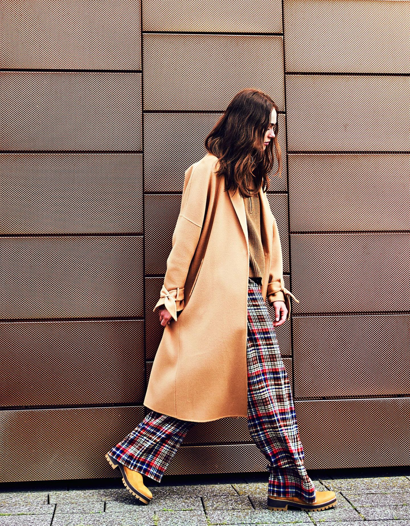 Camel Coat: Diese Modelle tragen wir 2019: Wollmantel über karierter Hose