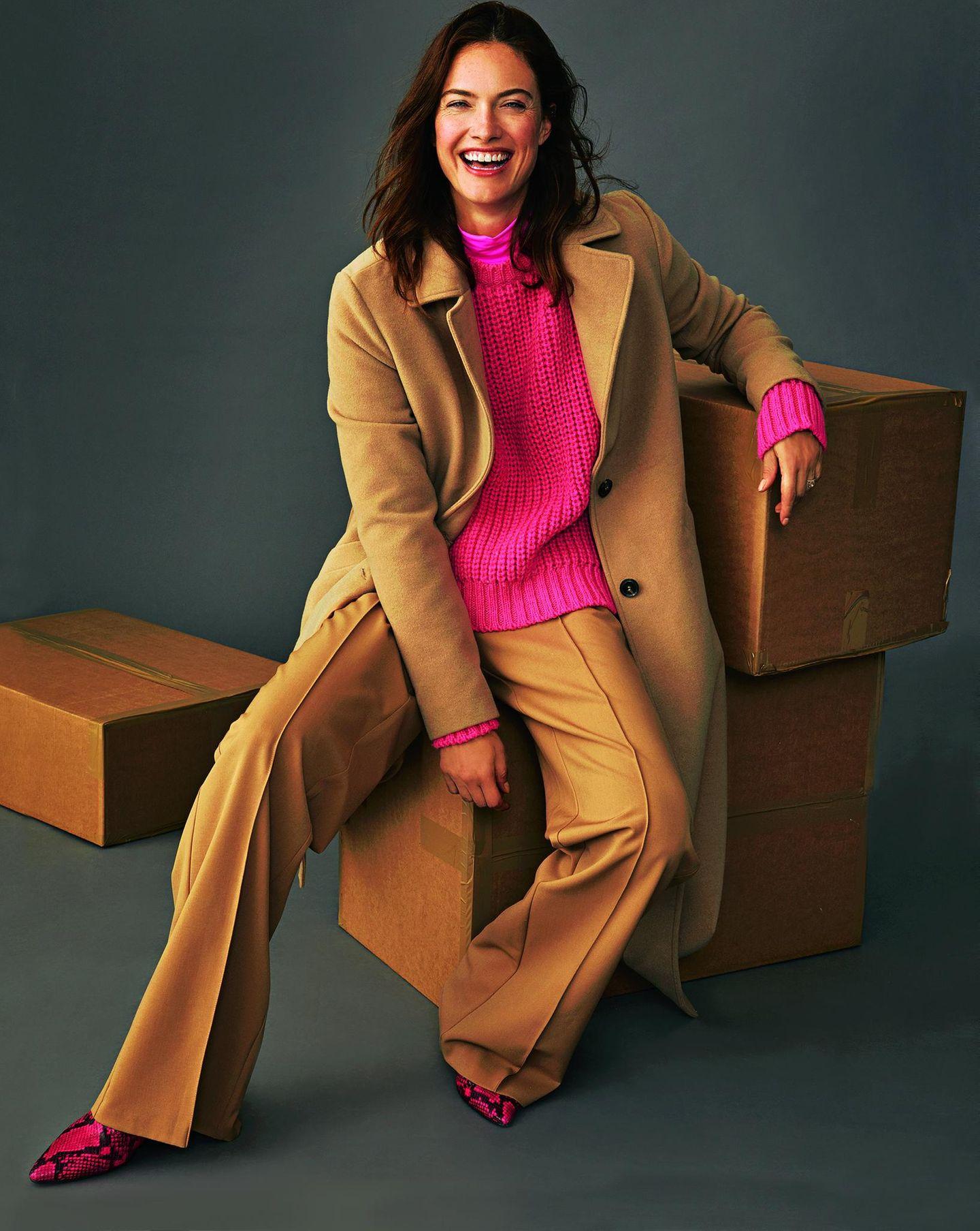 Camel Coat: Diese Modelle tragen wir 2019: Mantel über pinkfarbenen Strickpullover