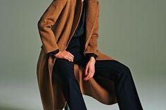 Camel Coat: Diese Modelle tragen wir 2019: Langer Wollmantel über dunkler Bluse und Hose