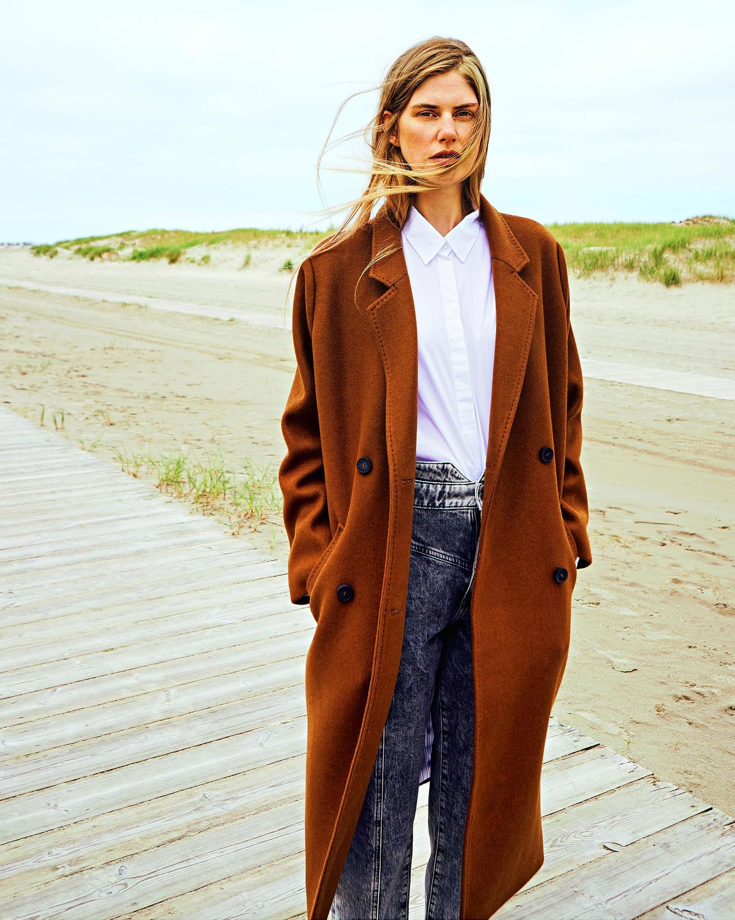 Camel Coat: Diese Modelle tragen wir 2019: Mantel über weißer Bluse und Jeans