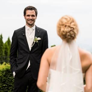Hochzeit auf den ersten Blick: Bräutigam steht Braut gegenüber