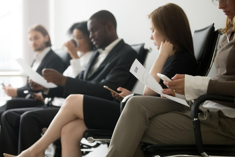 Vorbereitung aufs Vorstellungsgespräch: Bewerber warten auf das Gespräch