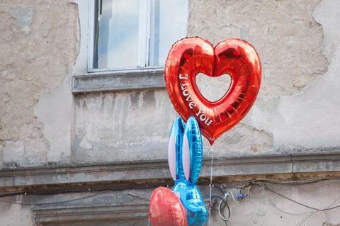 """Wann ist es zu früh, """"ich liebe dich"""" zu sagen? Bunte Ballons und ein Herzballon"""