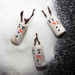 Basteln mit Korken: Schneemänner aus Korken