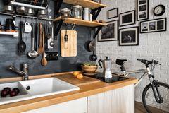 Wohnküche Ideen: Küche mit Bildern an der Wand