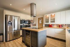 Wohnküche Ideen: Moderne Küche mit Kochinsel in der Mitte