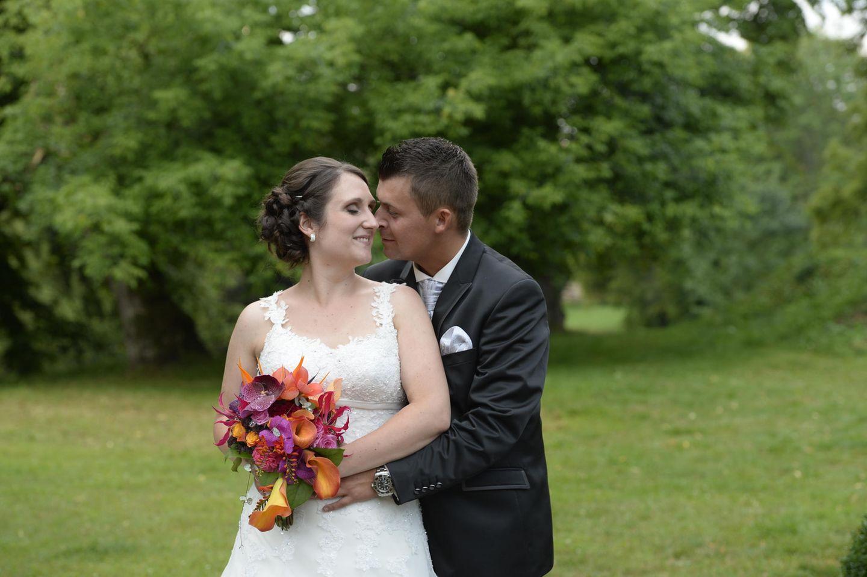 Hochzeit auf den ersten Blick: Brautpaar steht auf Wiese