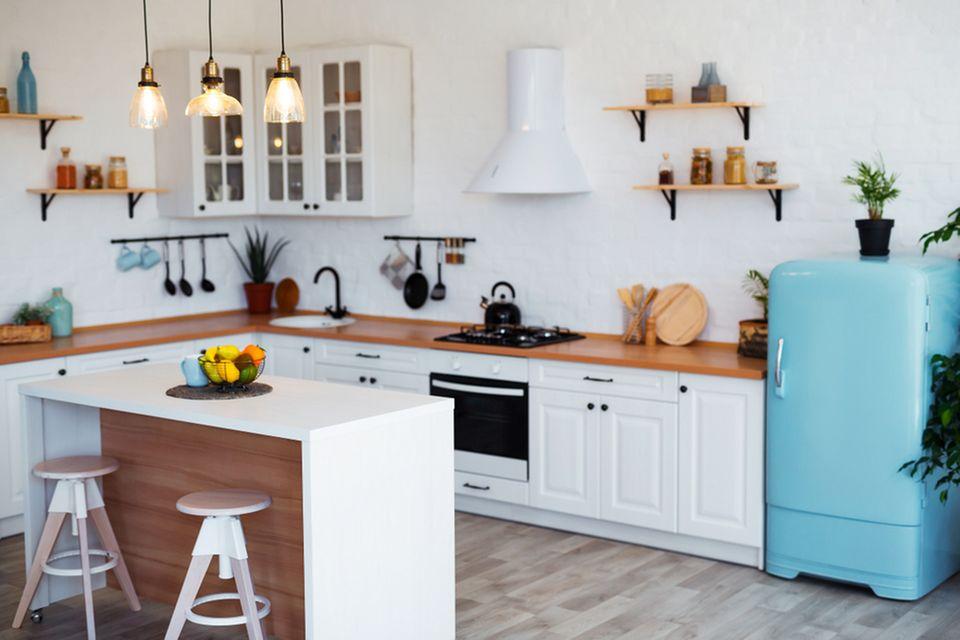 Wohnküche Ideen: Helle Küche mit buntem Kühlschrank