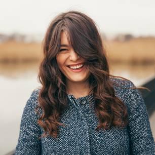 Horoskop: Eine sympathisch lachende Frau