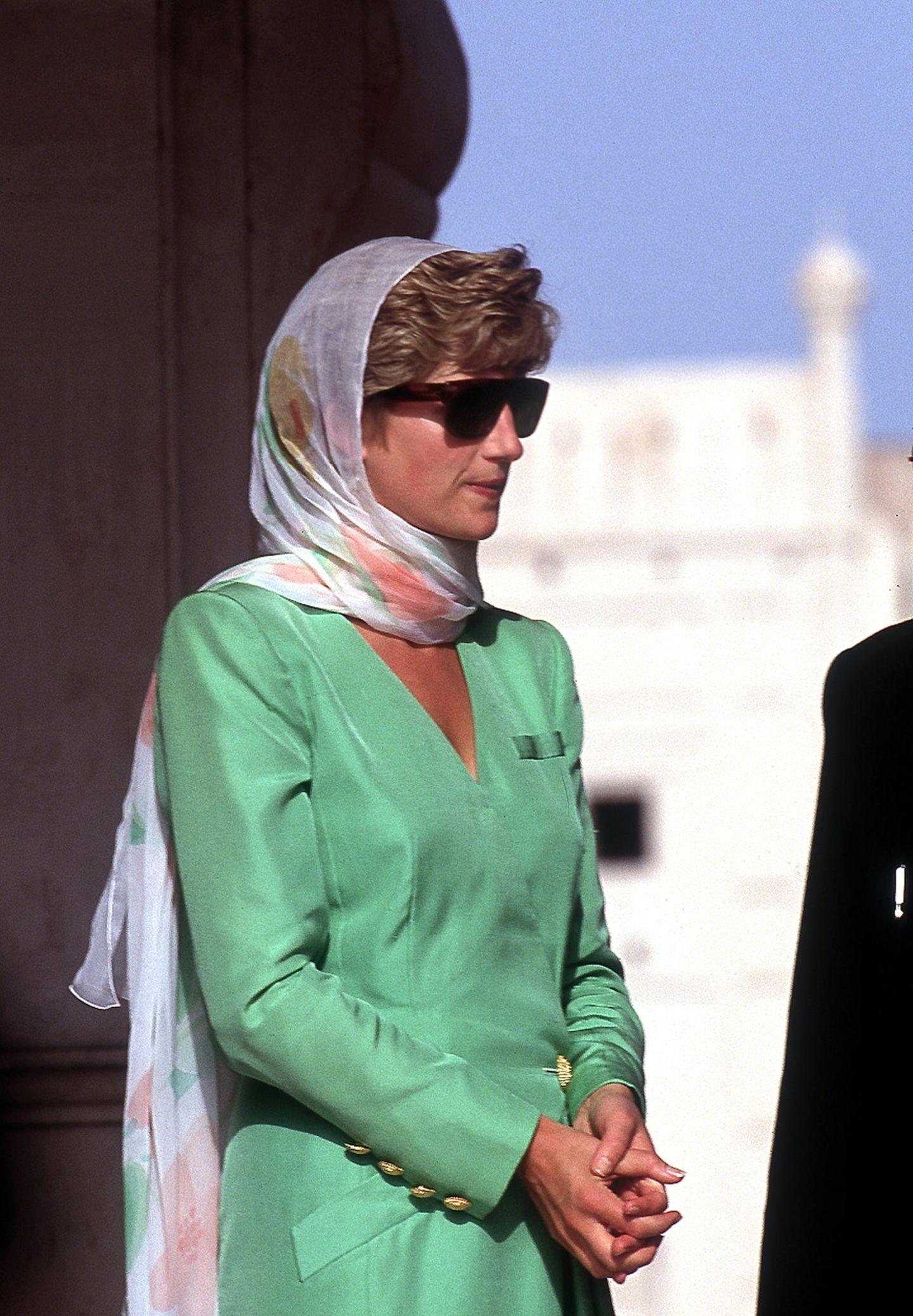Lady Dianas Looks: Prinzessin Diana mit Kopftuch