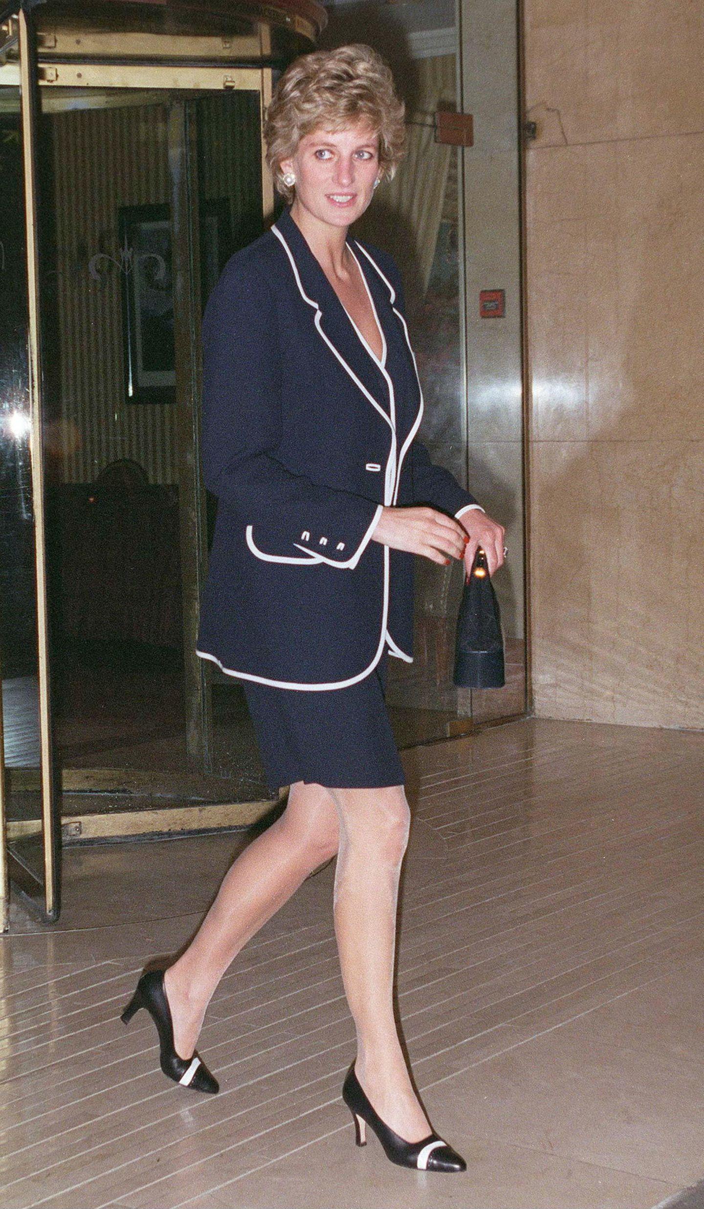 Lady Dianas Looks: Prinzessin Diana im schwarzen Kostüm