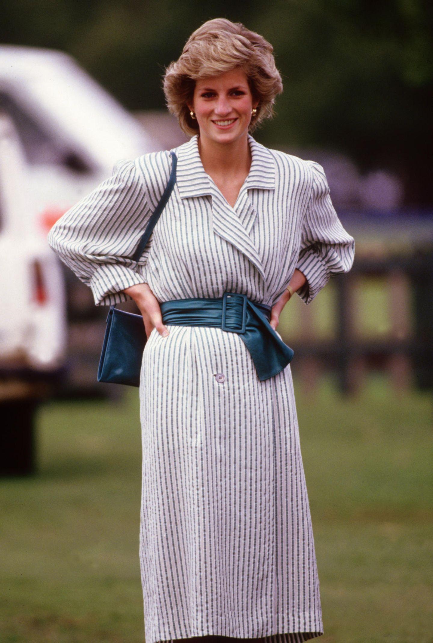 Lady Dianas Looks: Prinzessin Diana mit Händen in der Hüfte