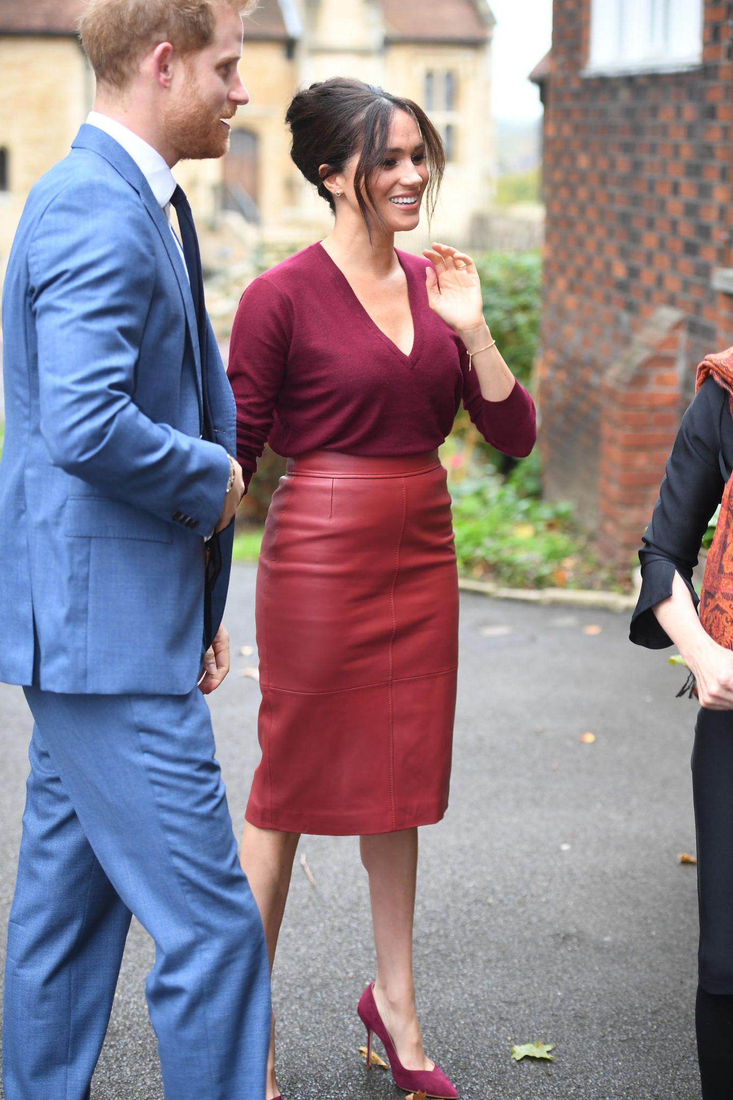 Meghan Markle: im roten Rock mit Prinz Harry