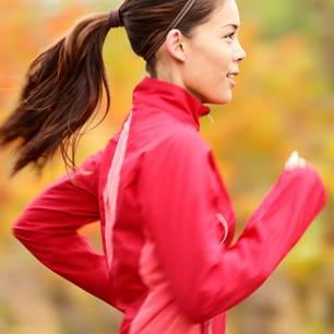 Joggen: Frau joggt im Wald