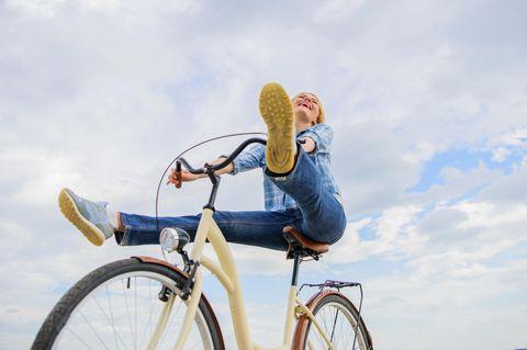 AEG-Methode: Eine fröhliche Frau auf einem Fahrrad