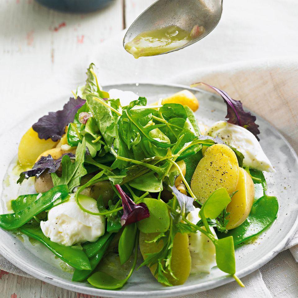 Kartoffel-Mozzarella-Salat mit Wildkräutern