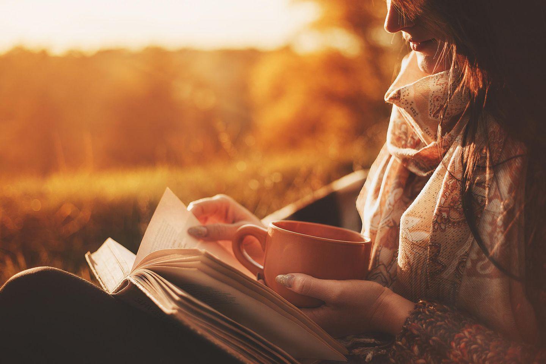 Sonntagsblues: Frau liest ein Buch