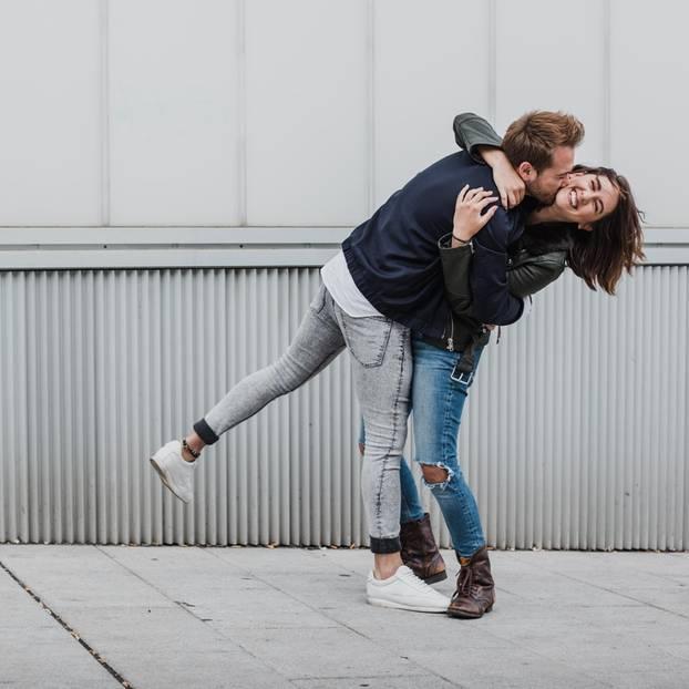 Glückliche Beziehung: Ein glückliches Paar nimmt sich in den Arm
