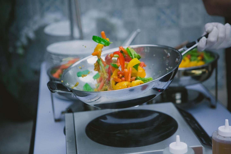 Sautieren: Gemüse in einer Pfanne