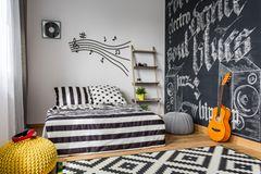 Wand streichen Ideen: Jugendzimmer mit Gitarre und Tafel an der Wand