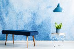 Wand streichen Ideen: Blaue Wand davor Sitzbank, Tisch und Lampe